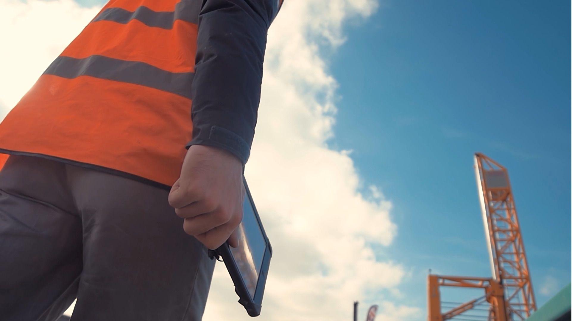 constructiontech-tablet-sky